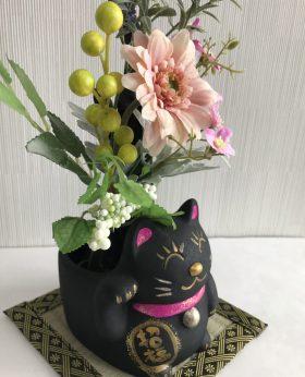 炭鉢にひとつひとつ手描きしたネコ