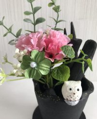 ピンクのカーネーションと四つ葉クローバーの造花付き