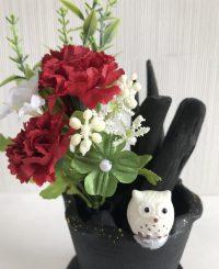 赤いカーネーションと四つ葉クローバーの造花付き