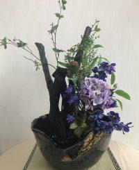 花器は黒に近いこげ茶で艶のある風合いです